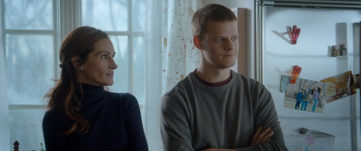 Hollyn (Julia Roberts) pojalla Benillä (Lucas Hedges) on huumeongelma. Kuva: Cinemanse