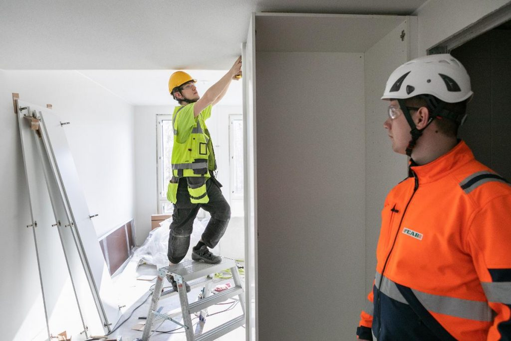Every third worker in Finland is mentally exhausted by the current coronavirus situation. Artyom Mitroskin and Timo Artsola keep up the spirits while building an apartment project of Peab in the Takahuhti district of Tampere. Kuva: Timo Marttila